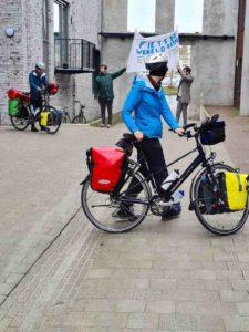 Start fietstocht met spandoek