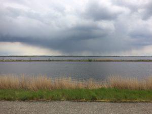 Een regenbui aan de overkant van het water die we netjes omzeilen