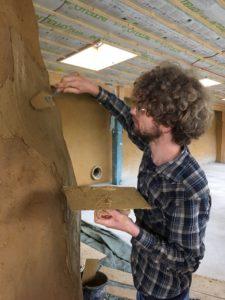 Pim stuct met leem in het aardehuis