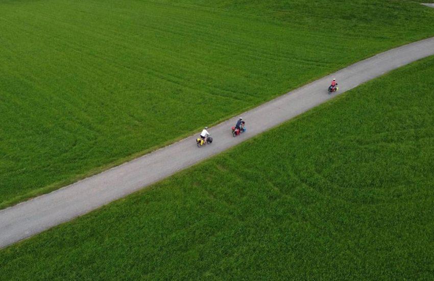 Zicht vanuit de lucht op drie fietsers