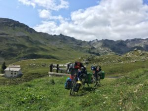 Zicht op onze fietsen met daarachter de Italiaanse Alpen