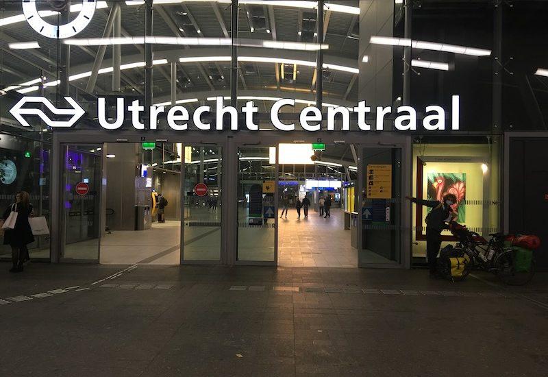 Zicht op de hal van Utrecht Centraal met de fietsen naast de ingang